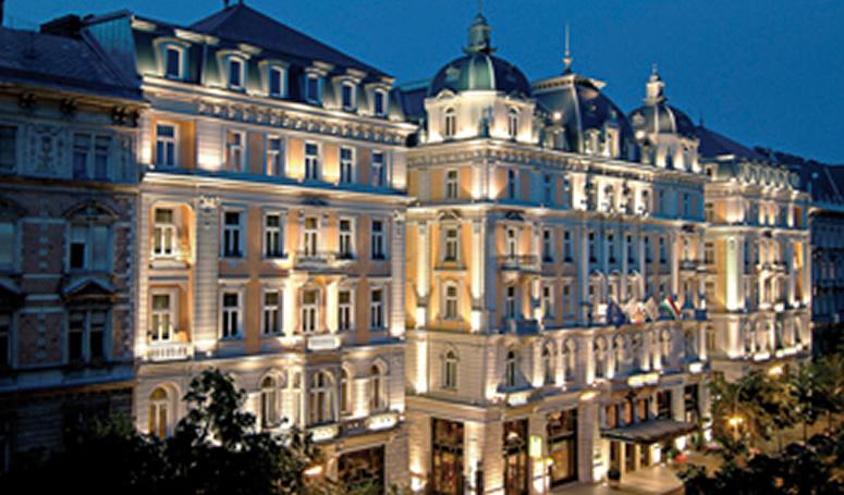 Außenansicht Corinthia Hotel Budapest bei Nacht