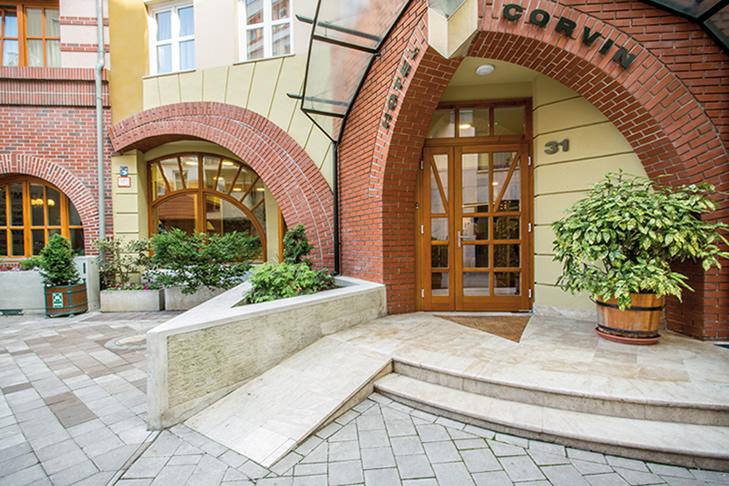 Eingang Corvin Hotel Budapest Nähe Donau Dental